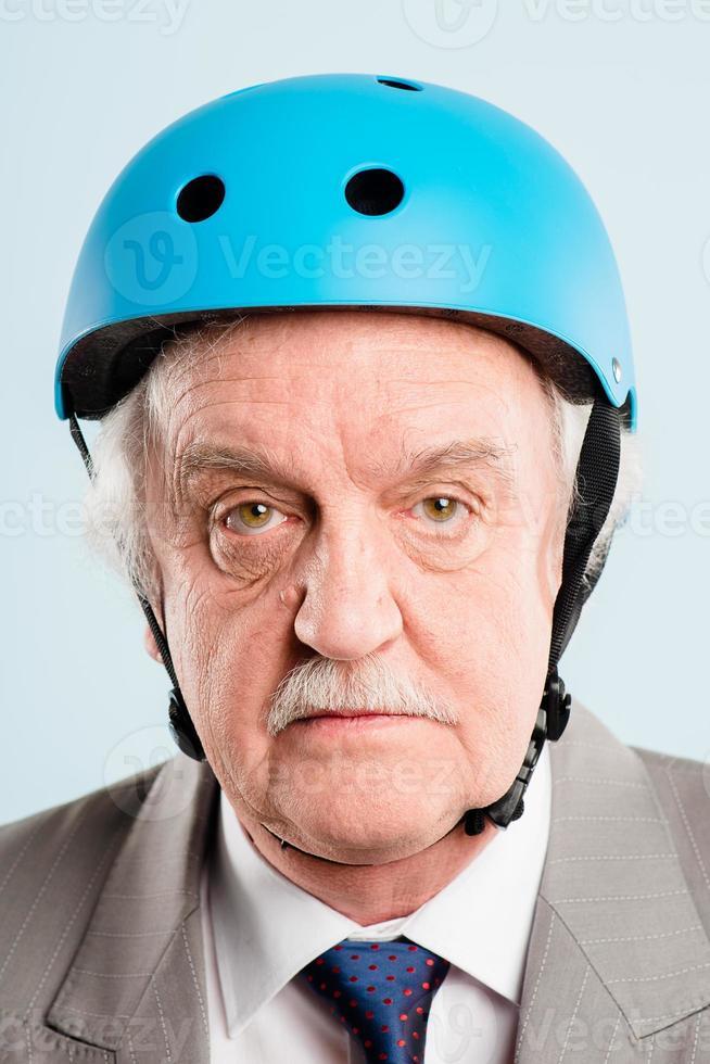 homme drôle portant un casque de cycliste portrait de vraies personnes haute définition photo
