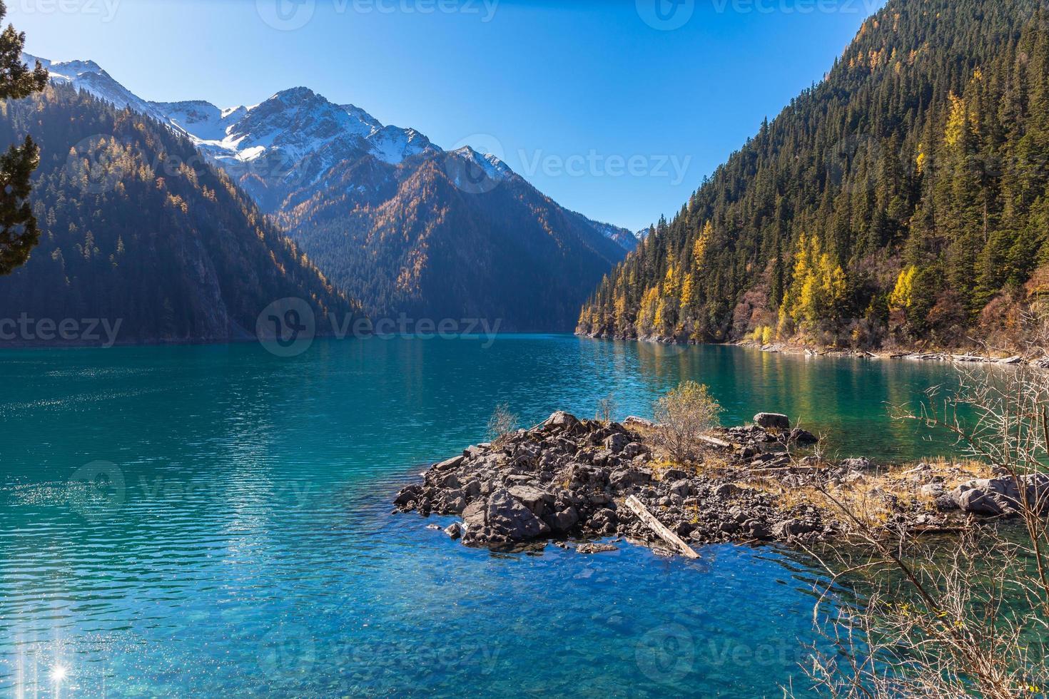 beau lac dans le parc national de jiuzhaigou photo
