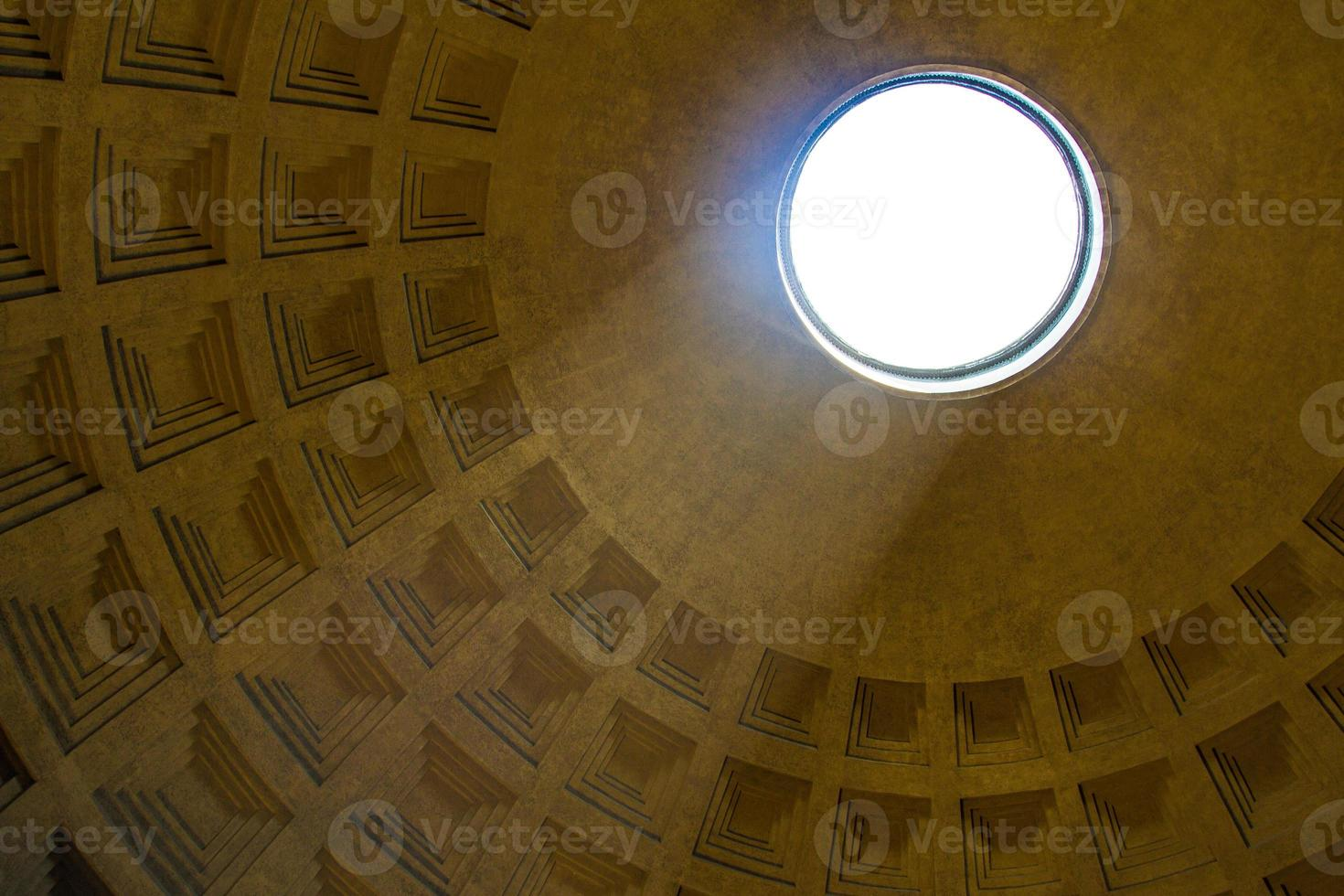 arbre de lumière qui brille à travers l'oculus du panthéon photo