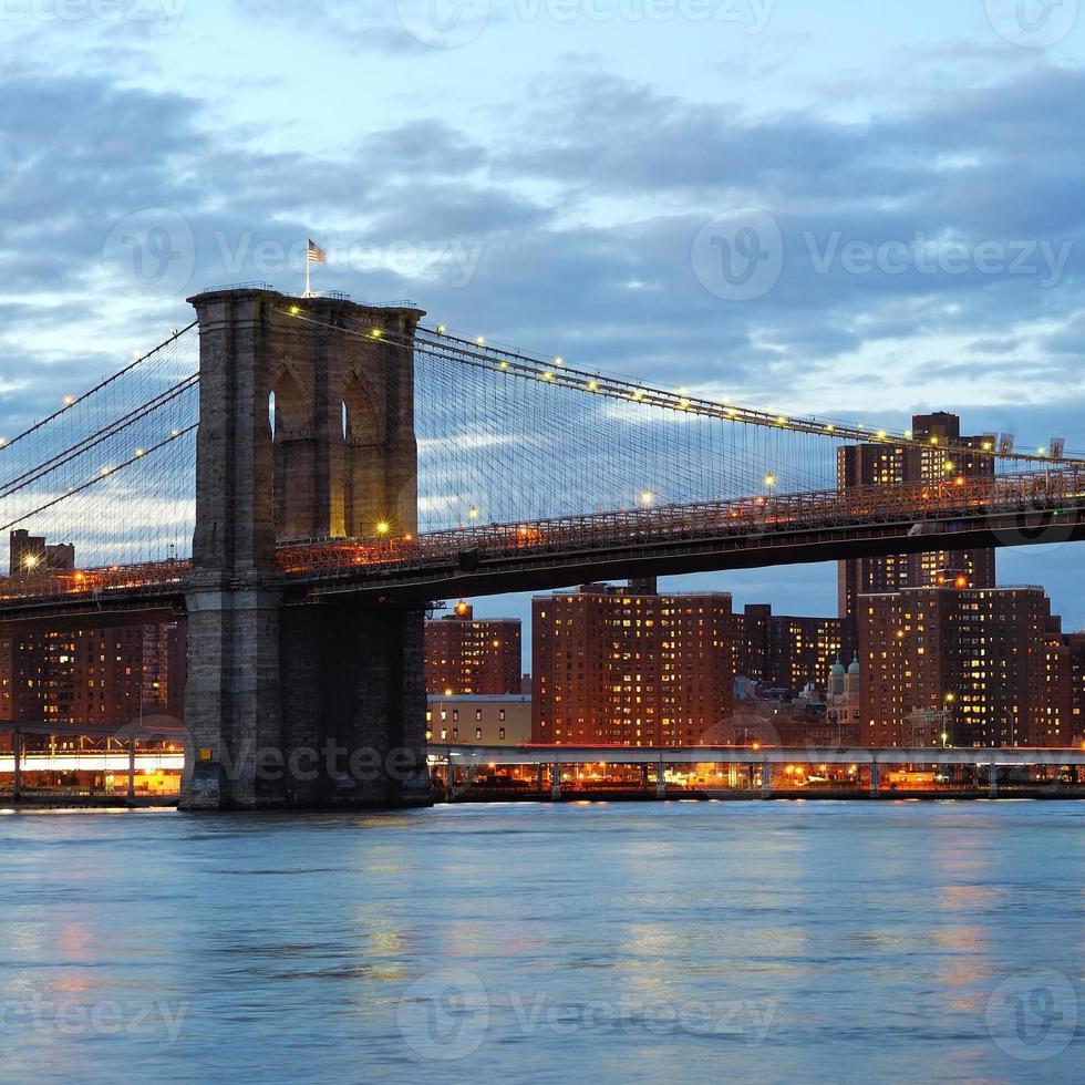 Pont de Brooklyn avec le centre-ville au crépuscule photo