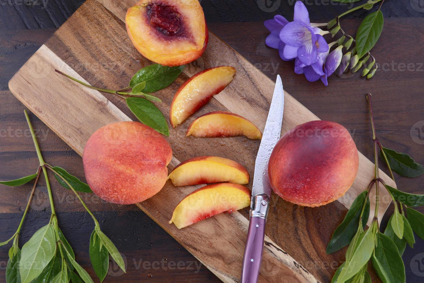 nectarines fraîches sur fond de bois rustique. photo