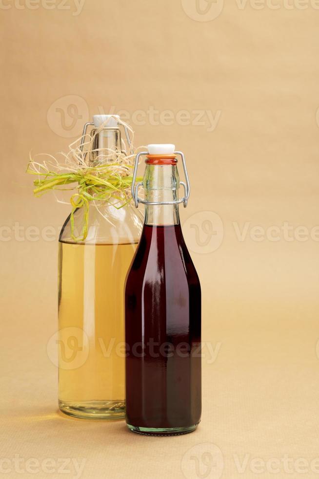vins rouges et blancs faits maison dans des bouteilles classiques photo