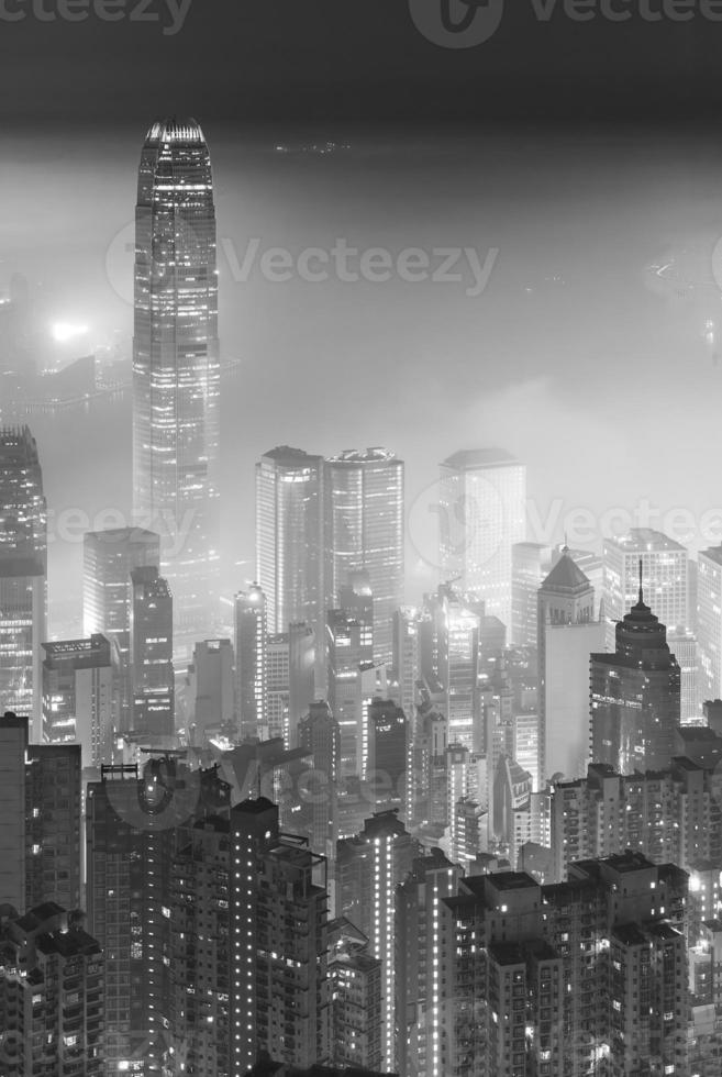 vue de nuit brumeuse de la ville de hong kong photo