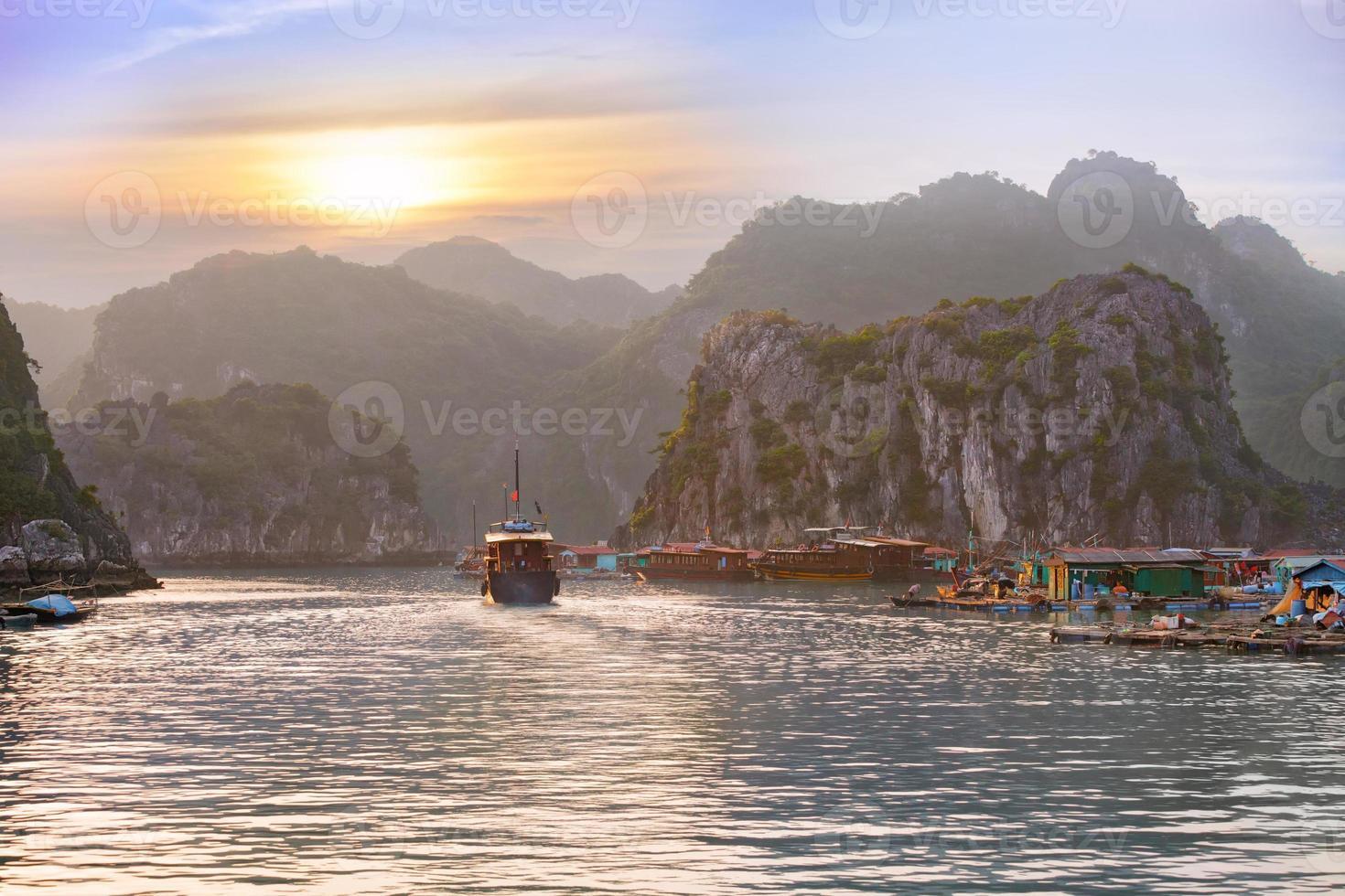 coucher de soleil paysage marin à la baie d'Halong photo