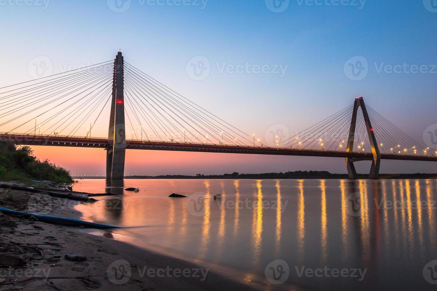 pont nhat tan au coucher du soleil photo