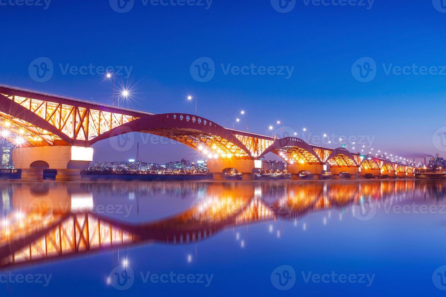 pont seongsan avec reflets photo