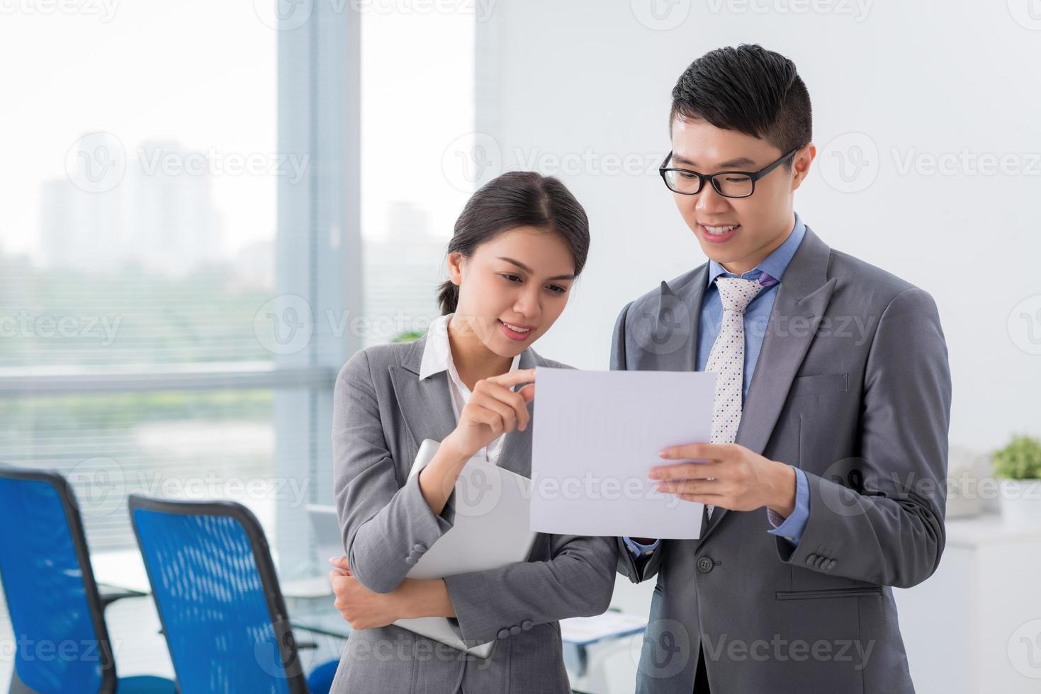 lecture d'un document commercial photo
