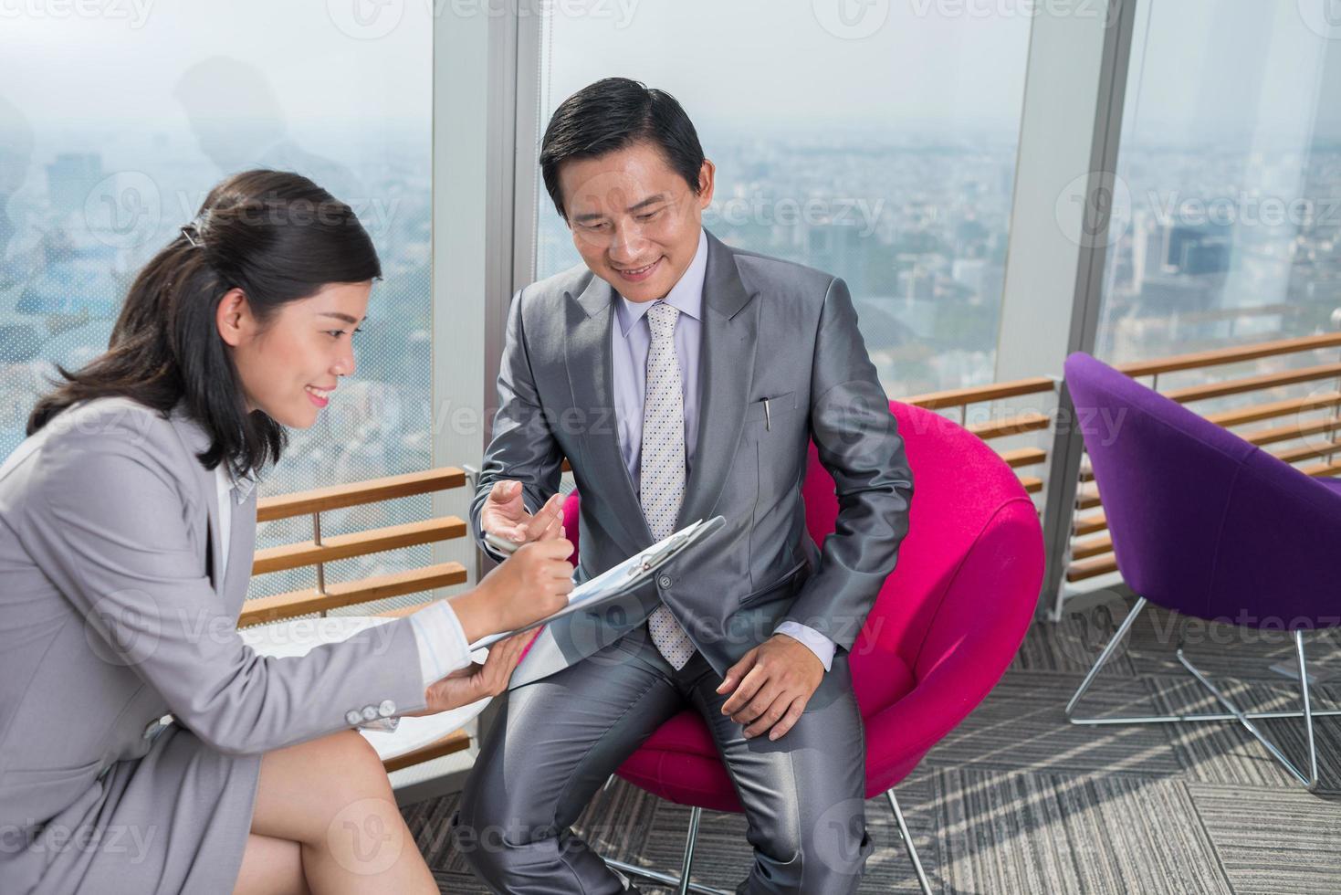 discuter du document financier photo