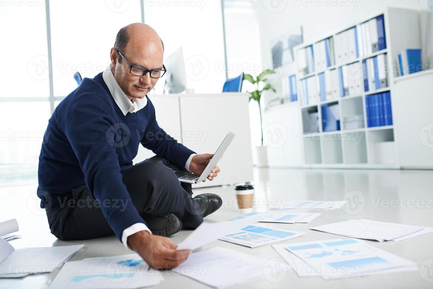 travailler avec des documents financiers photo