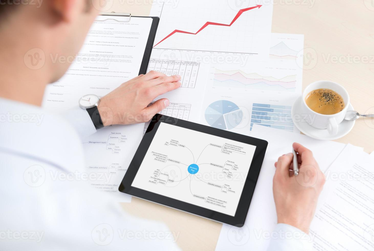 buinessman avec tablette et documents au travail photo