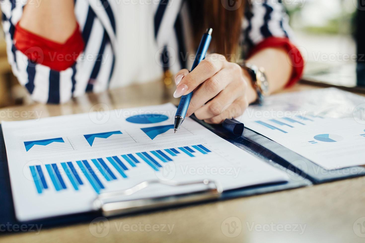 fin, haut, femme, main, pointage, affaires, document photo