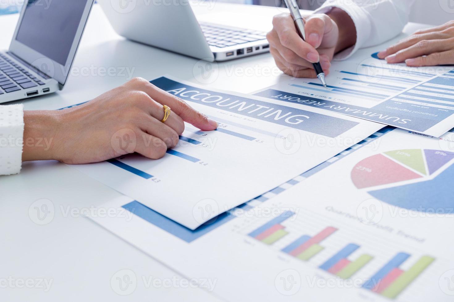 gens d'affaires discutant des tableaux et des graphiques photo