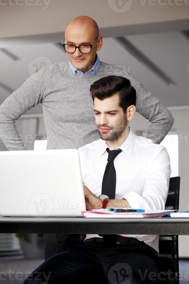 gens d'affaires avec ordinateur portable photo