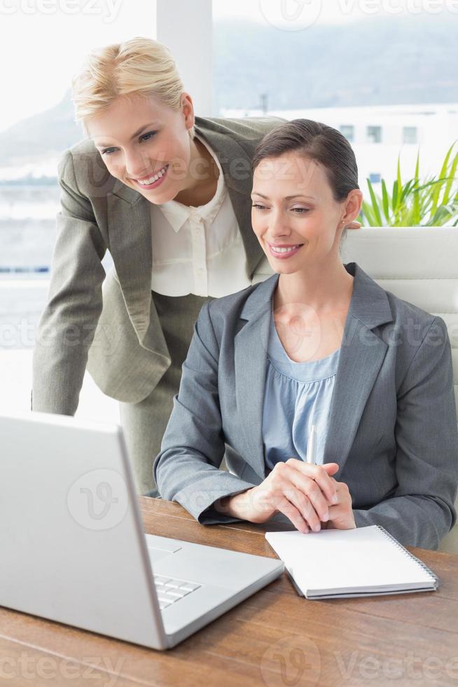 femmes d'affaires travaillant ensemble photo