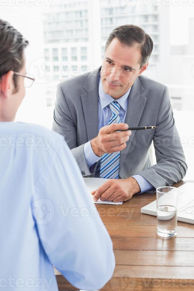 hommes d'affaires travaillant ensemble photo