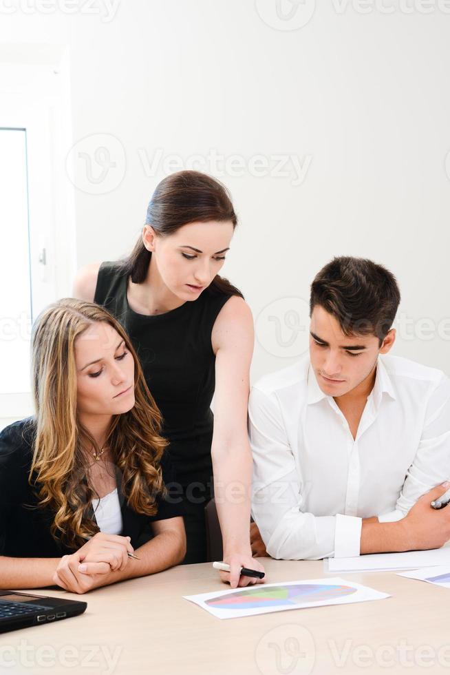équipe commerciale de jeunes travaillant ensemble dans la salle de réunion photo