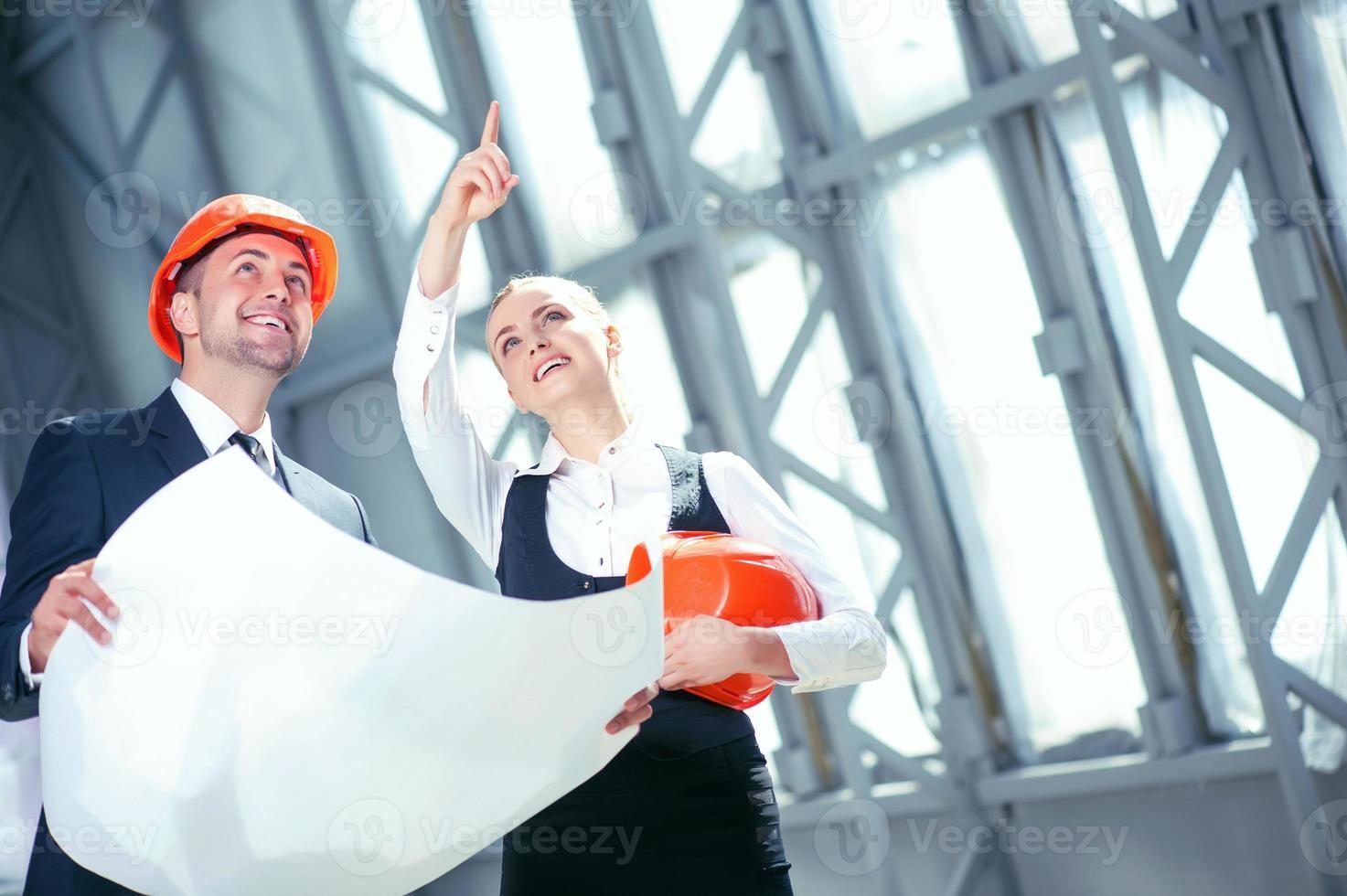 beaux jeunes ingénieurs discutent de construction de construction photo
