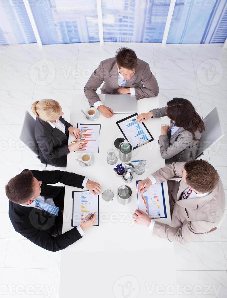 gens affaires, discuter, graphiques, table conférence photo