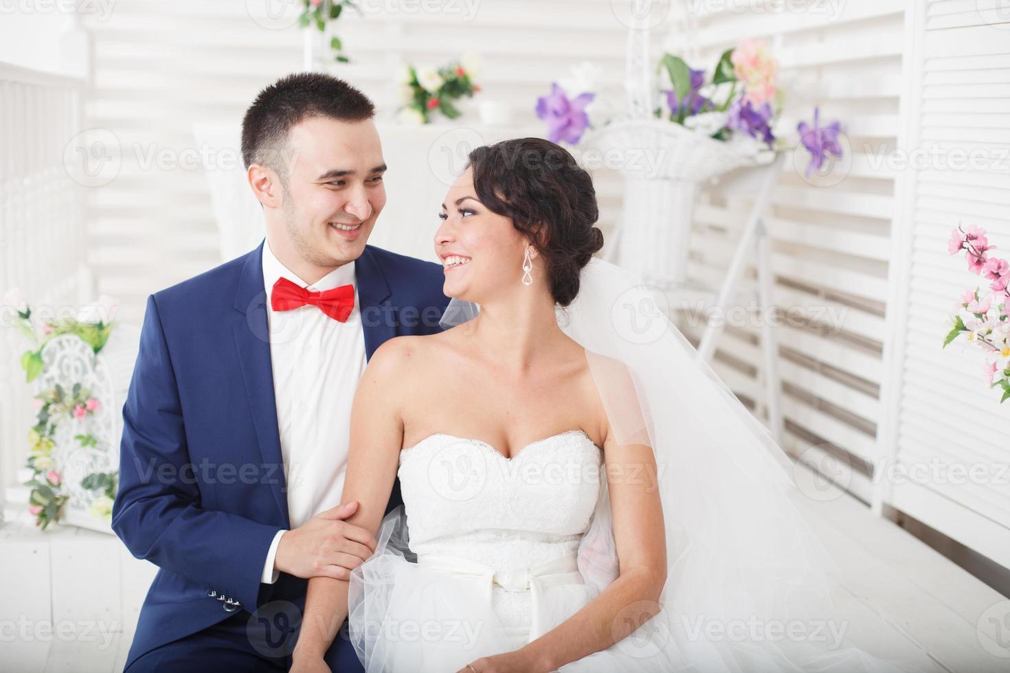couple de jeunes mariés ensemble photo