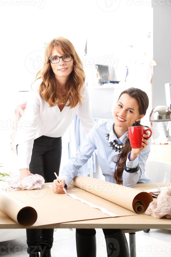 créateurs de mode travaillant ensemble photo