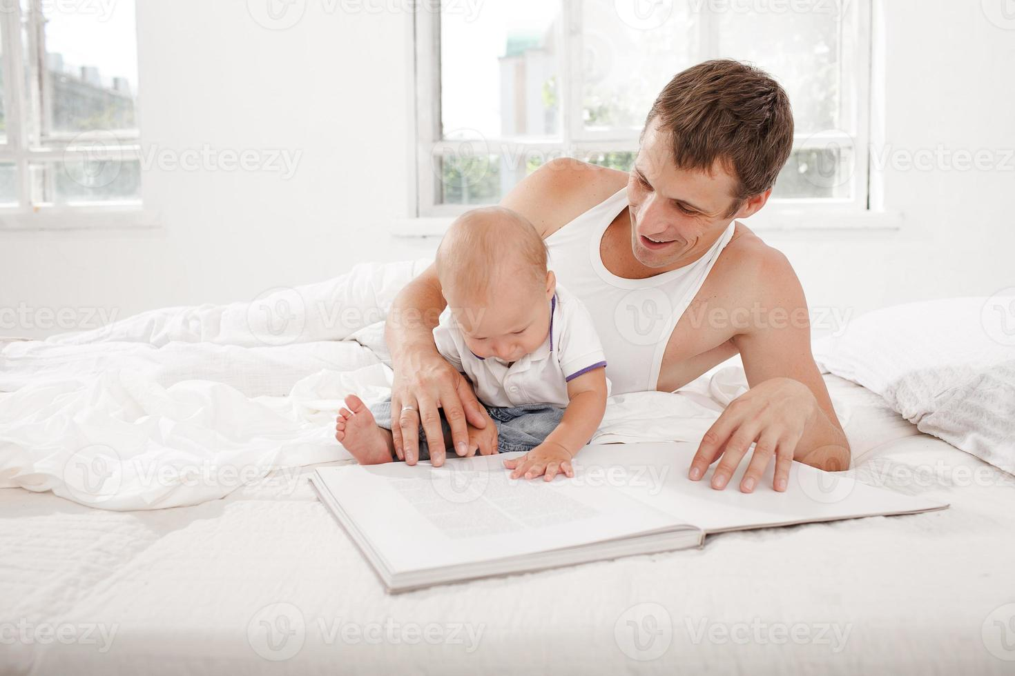 père et bébé ensemble lecture livre photo