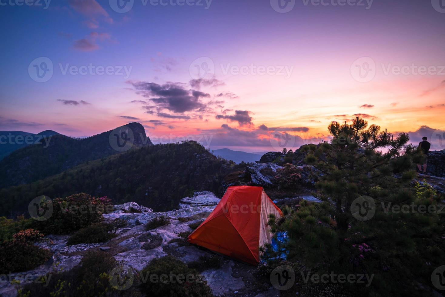 camping sous tente dans la région sauvage de la gorge de linville photo