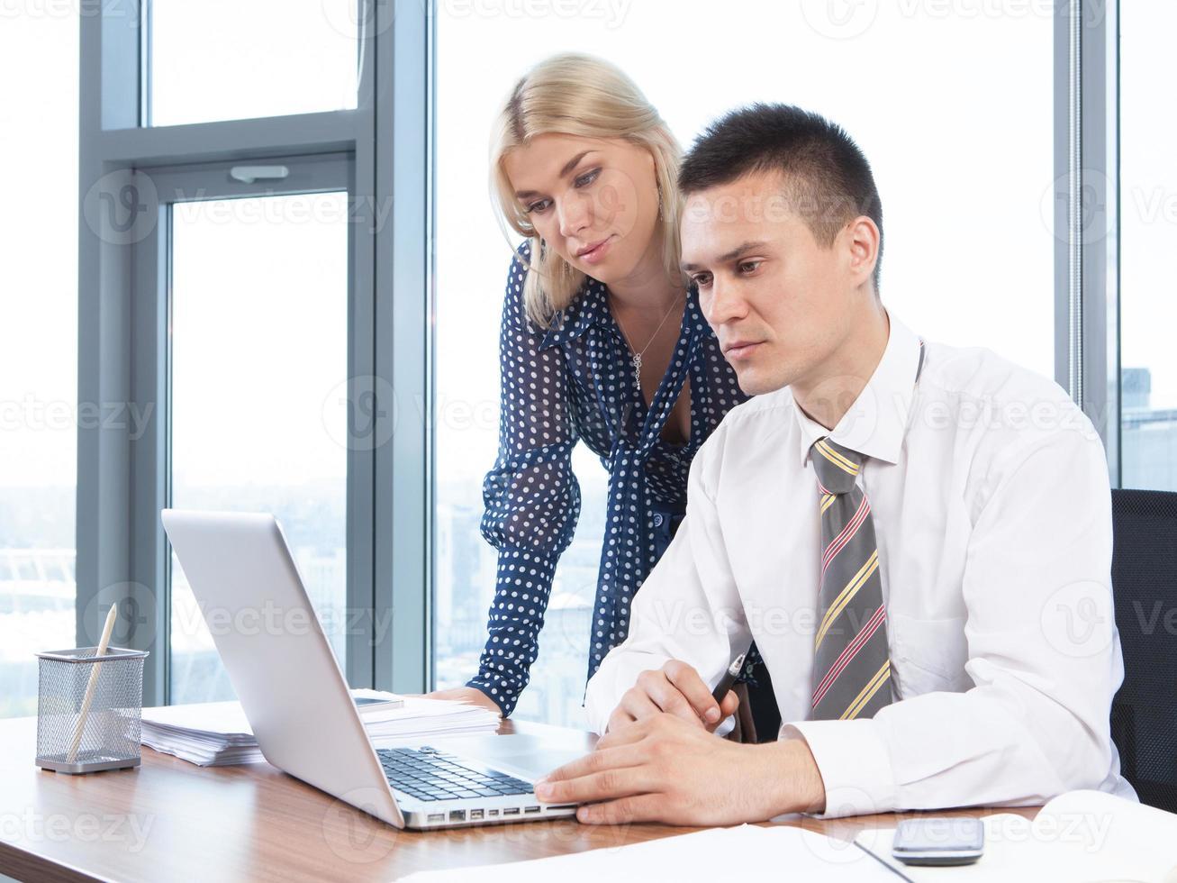 gens affaires, travailler ensemble, sur, ordinateur portable, dans, bureau photo