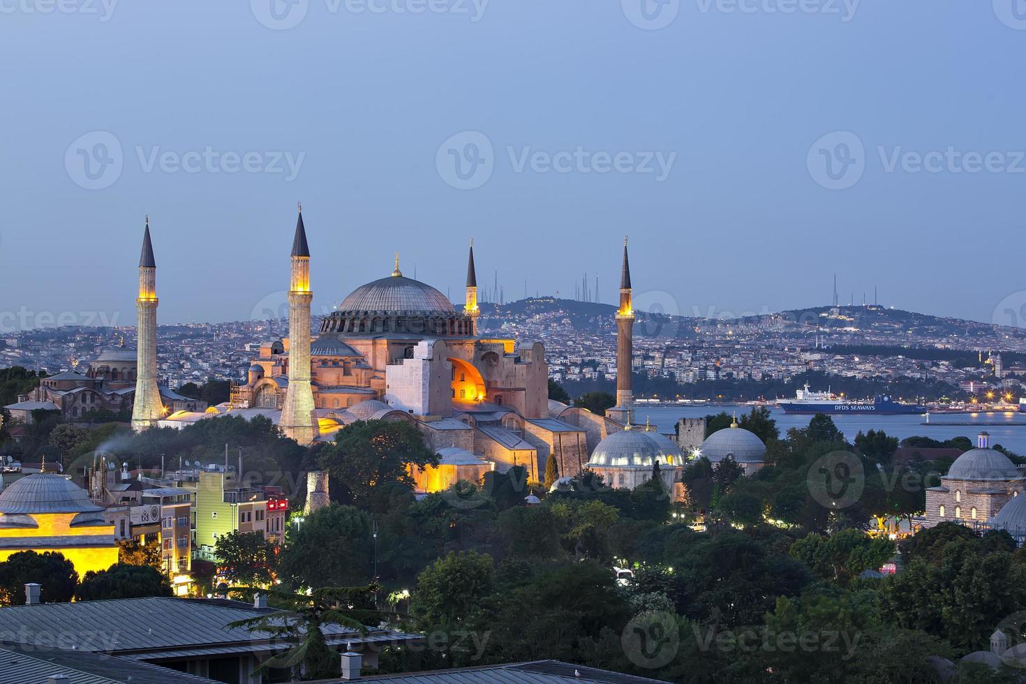 istanbul - hagia sophia éclairée par la nuit photo