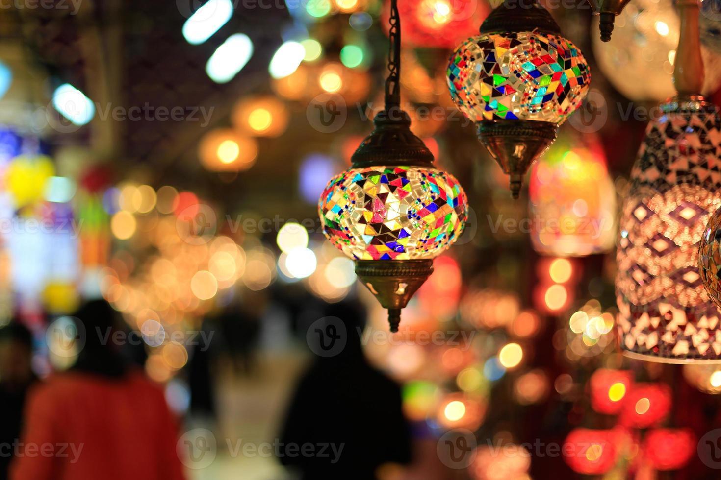 lampes lumineuses et colorées accrochées contre l'arrière-plan flou photo