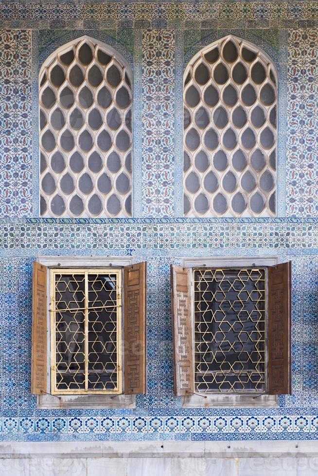 Fenêtres du harem au palais de topkapi, istanbul photo