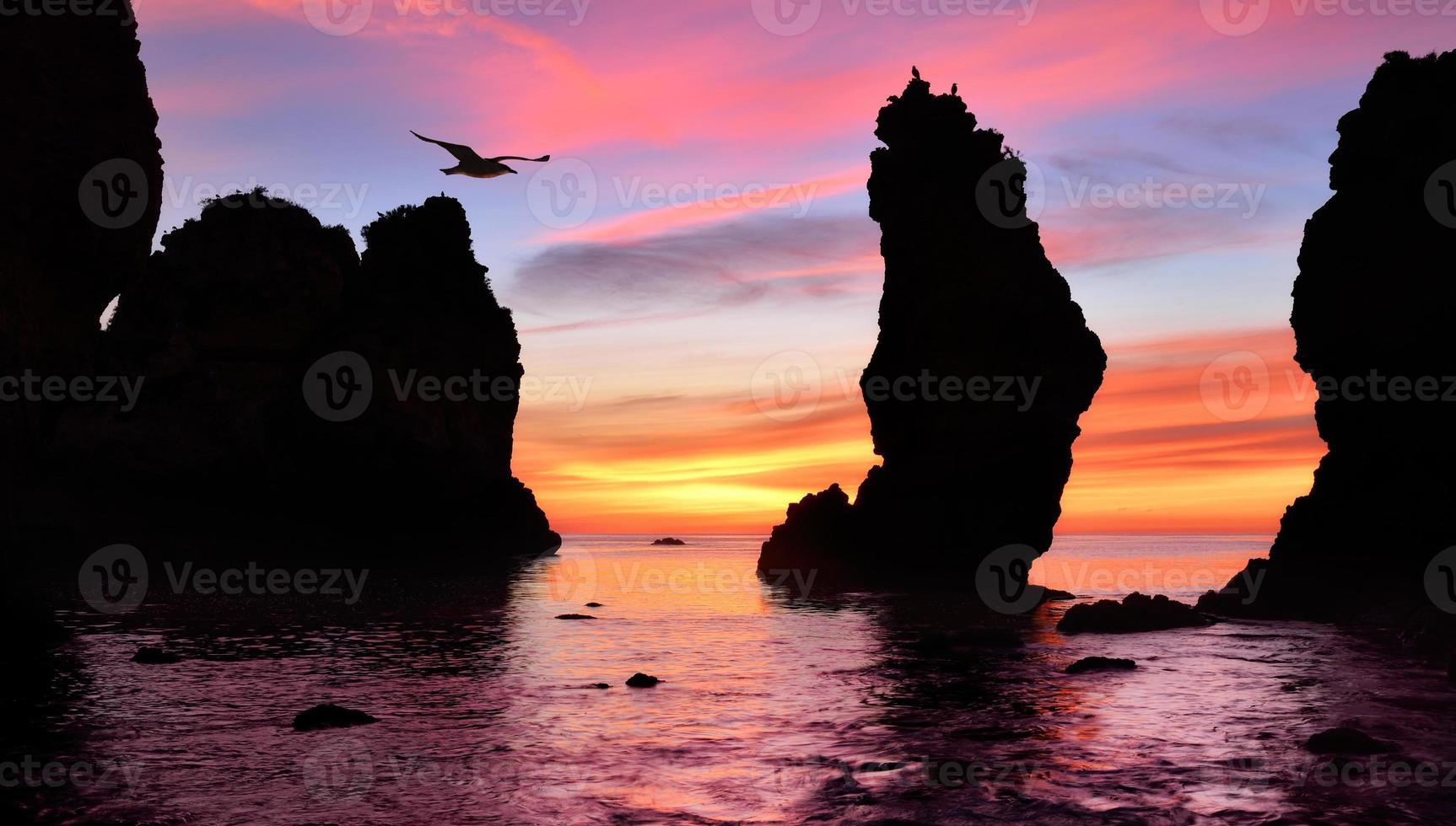 magnifique lever de soleil sur l'océan photo