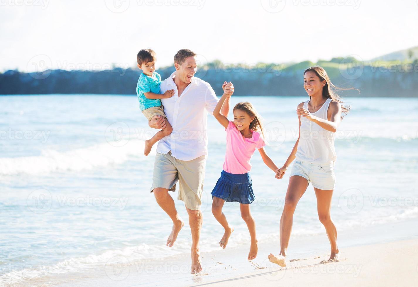 famille heureuse sur la plage photo