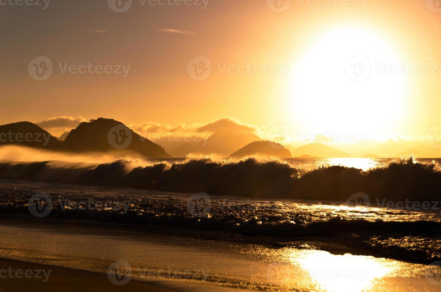 lever du soleil à la plage de copacabana photo