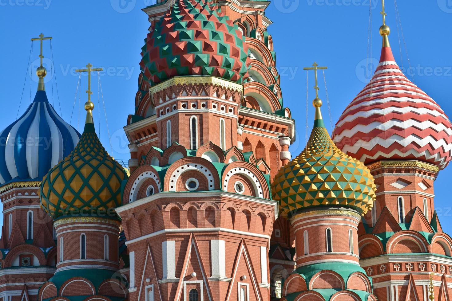 dômes de st. la cathédrale de basilic sur la place rouge. photo