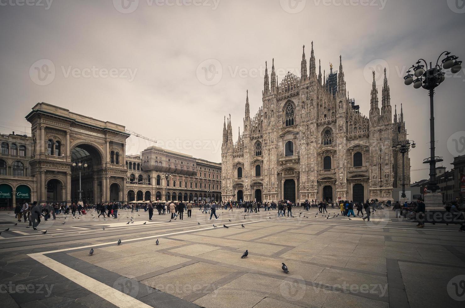 à la recherche de la cathédrale gothique duomo di milano, vintage photo