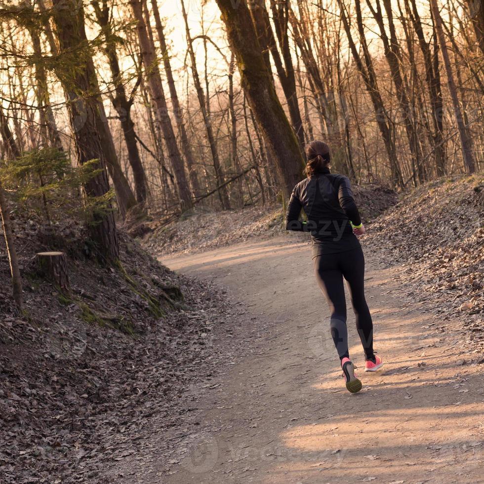 coureur féminin dans la forêt. photo