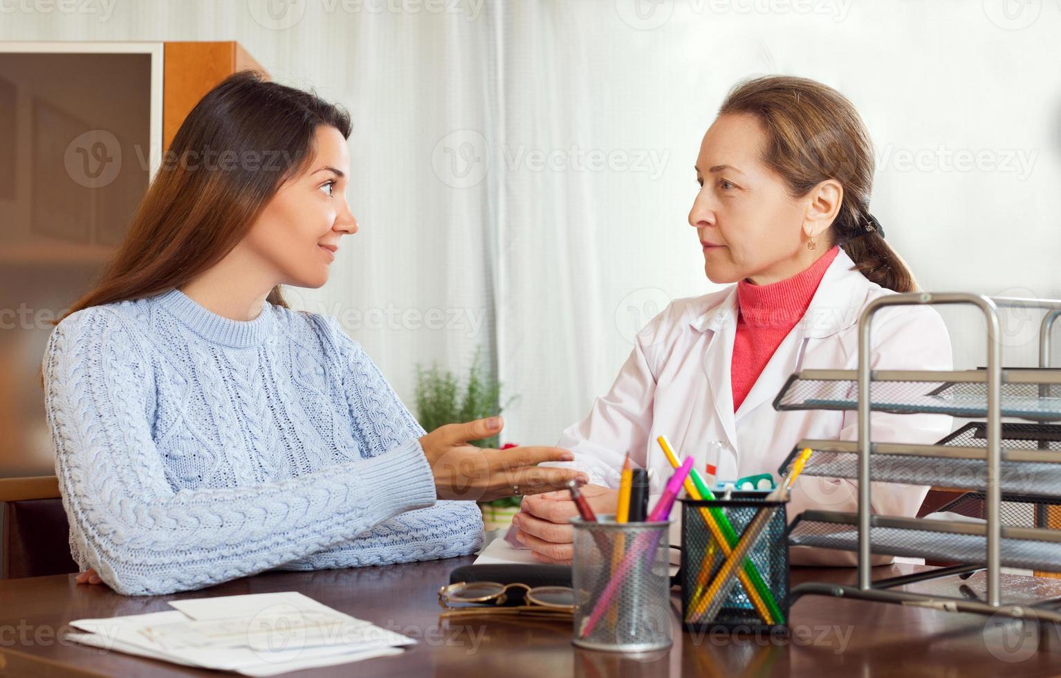 femme mature docteur examinant adolescente photo