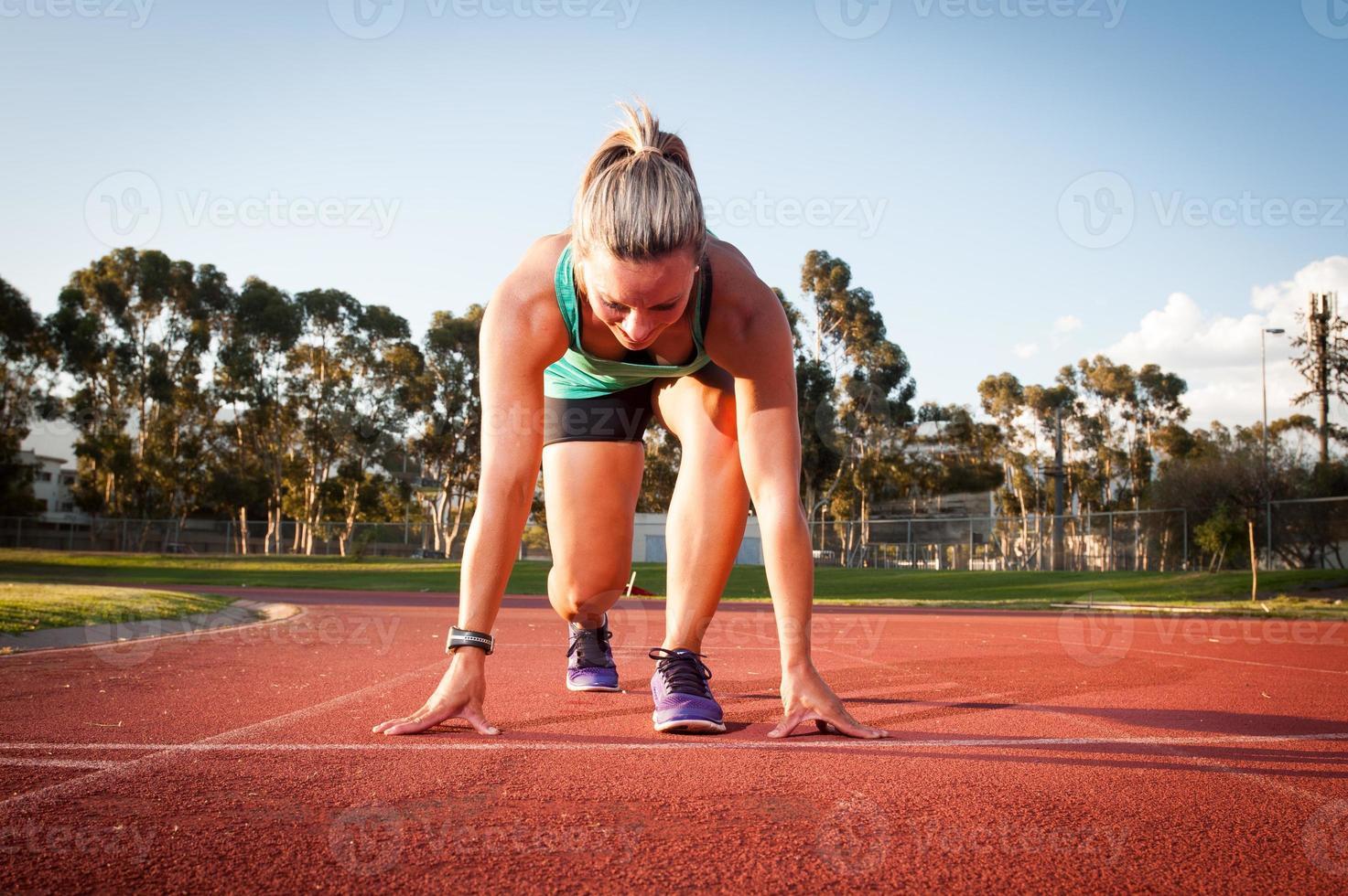 coureur féminin sur une piste d'athlétisme photo
