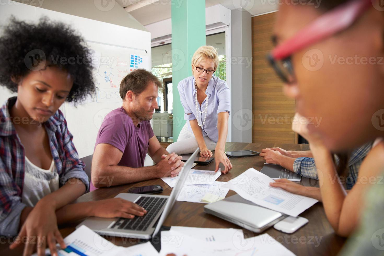 Gestionnaire de femmes menant une réunion de remue-méninges au bureau photo