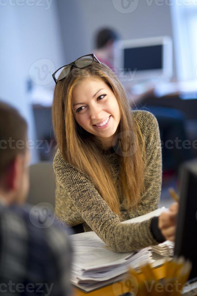 jeune, femme, employé bureau, bavarder, à, collègue photo