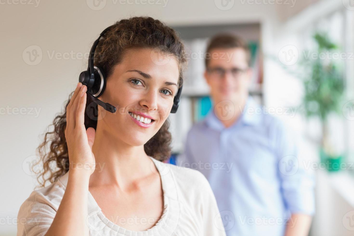 représentant du service client femme portant un casque photo