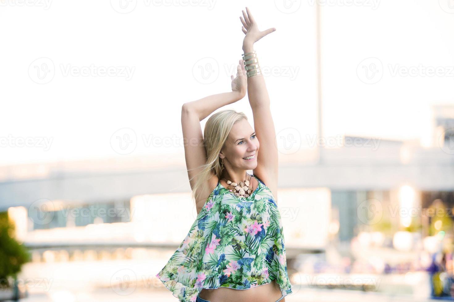 blonde femme heureuse photo