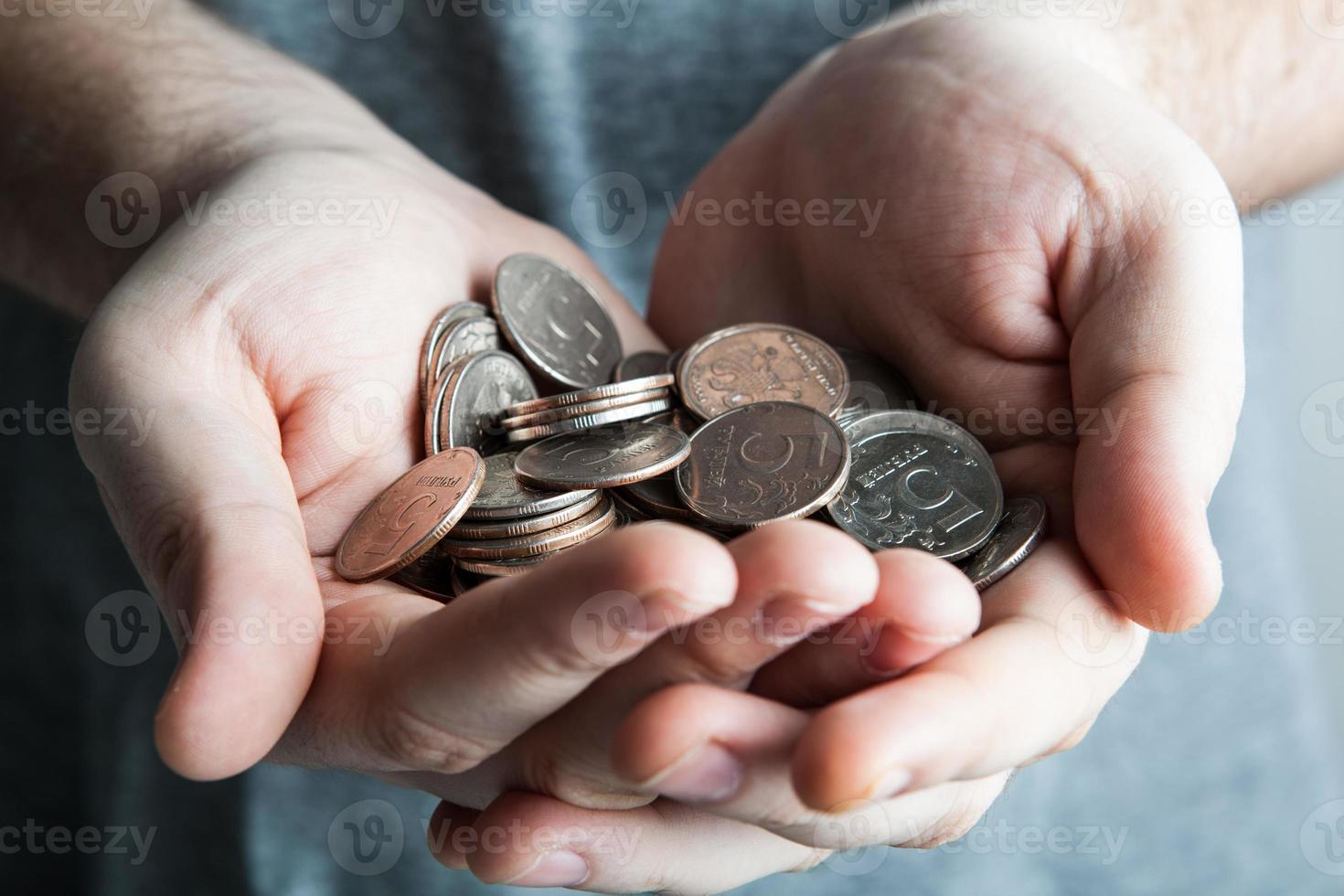 pièce de cinq roubles dans les mains de l'homme photo