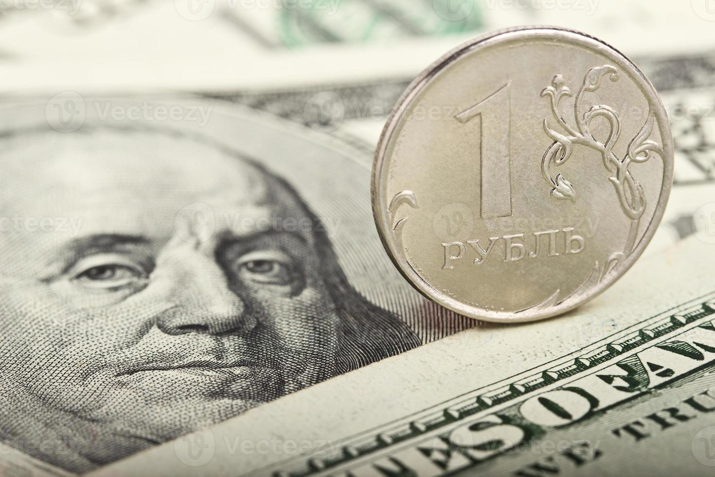 rouble russe sur fond de dollars photo