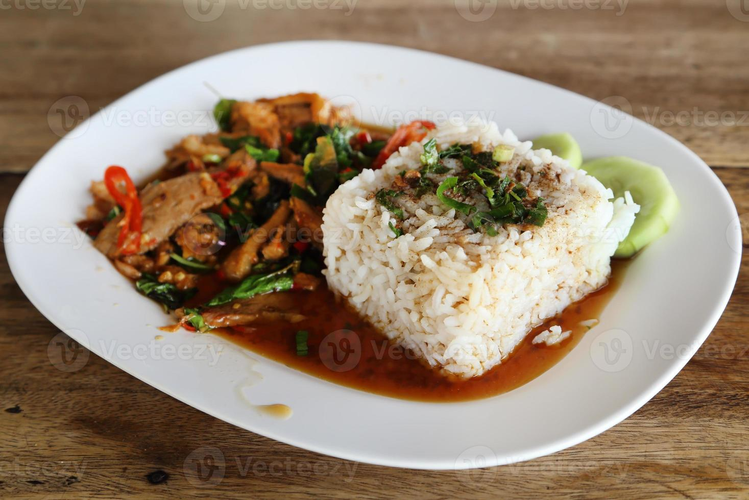 porc frit avec basi sucré et riz gluant au jasmin blanc photo