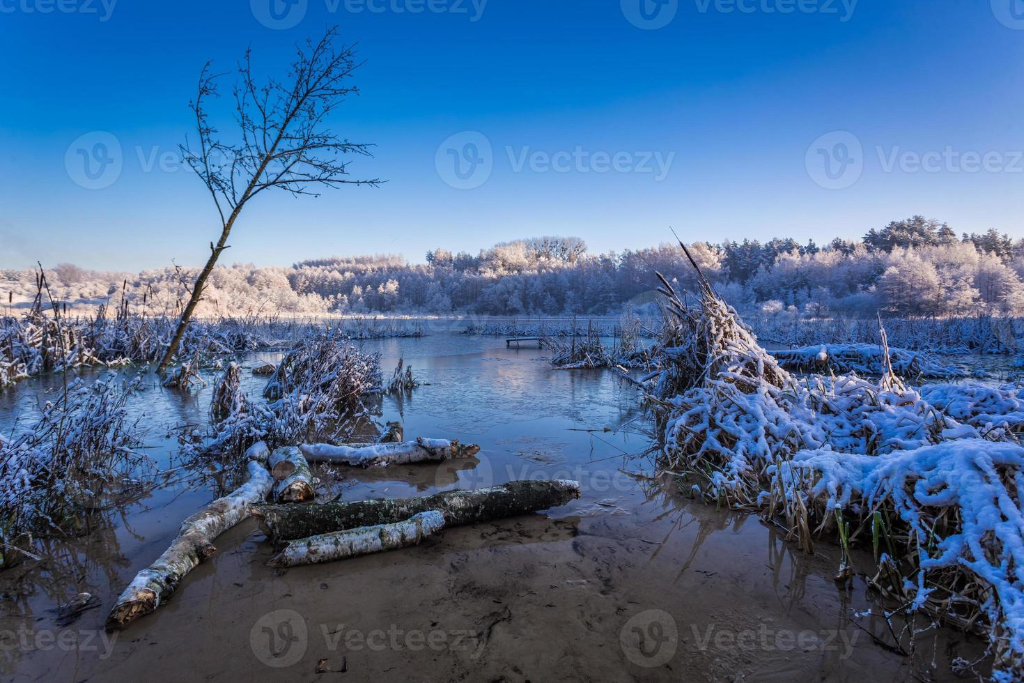 lever du soleil sur le lac d'hiver photo