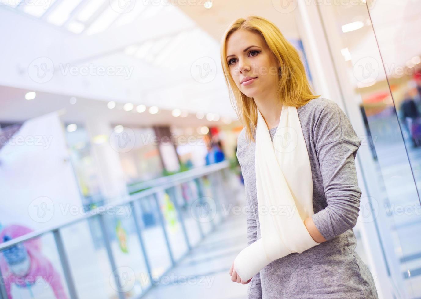 femme avec bras cassé photo