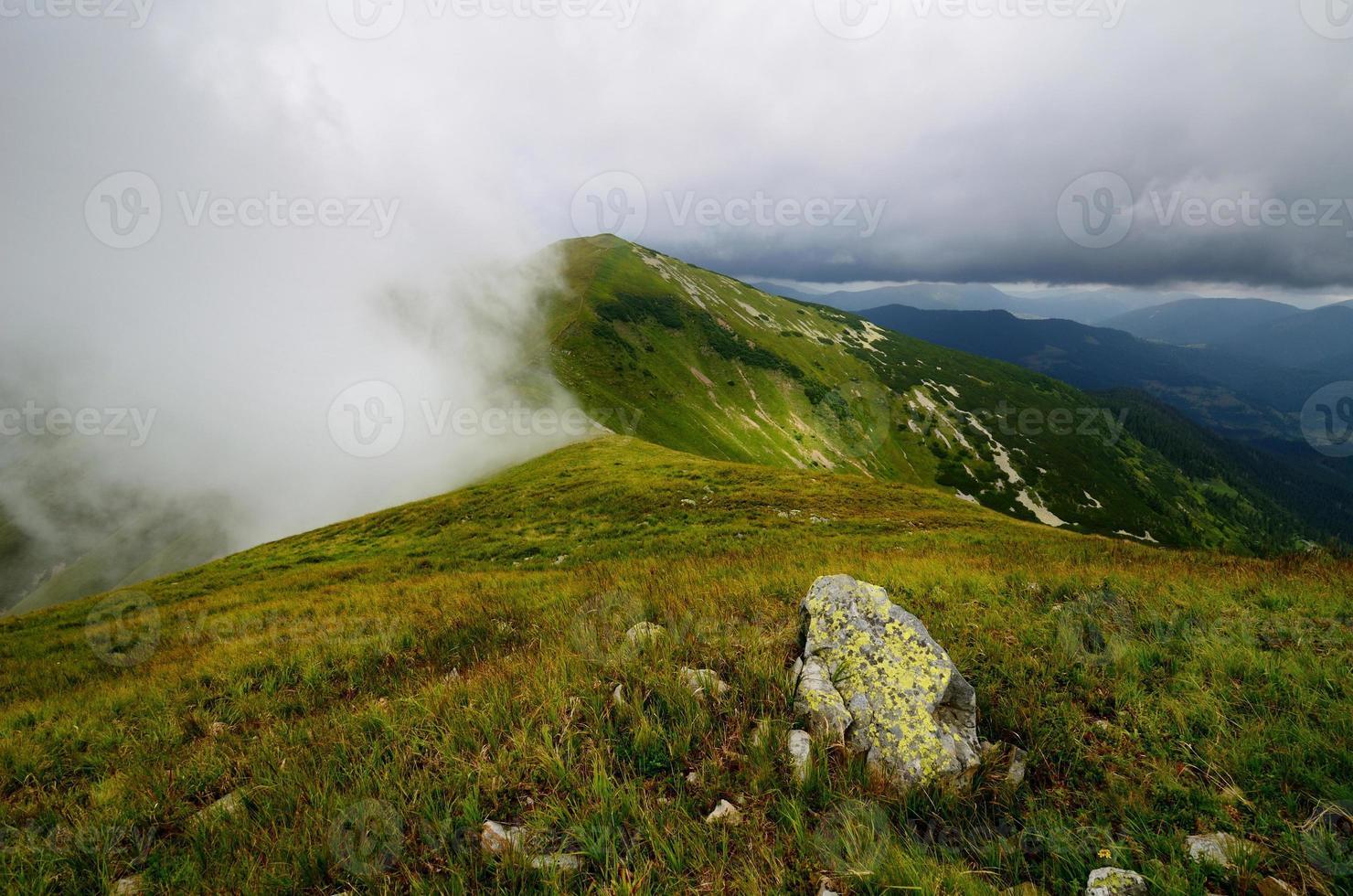 sommet de la montagne dans les nuages photo