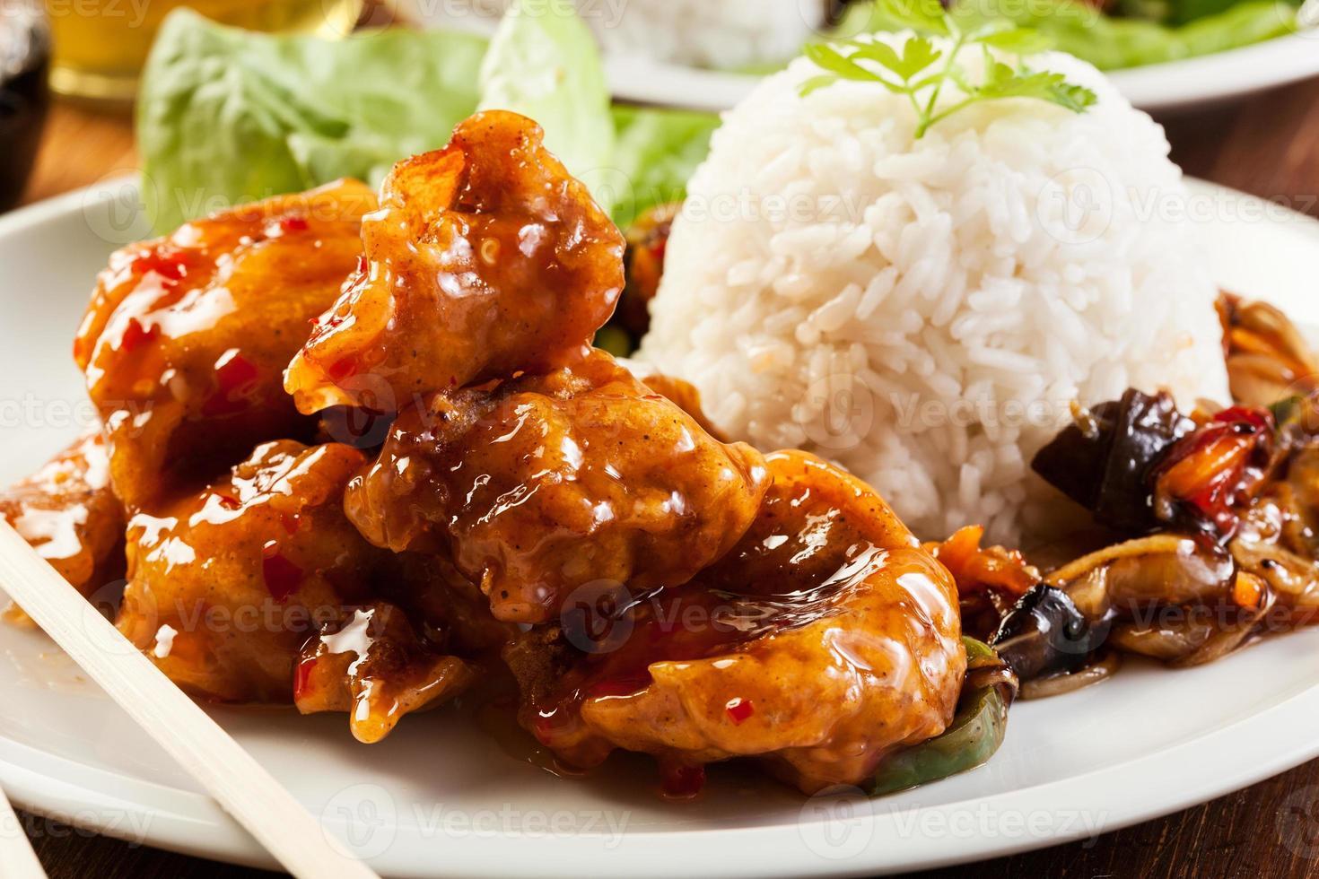 morceaux de poulet frit avec sauce aigre-douce photo