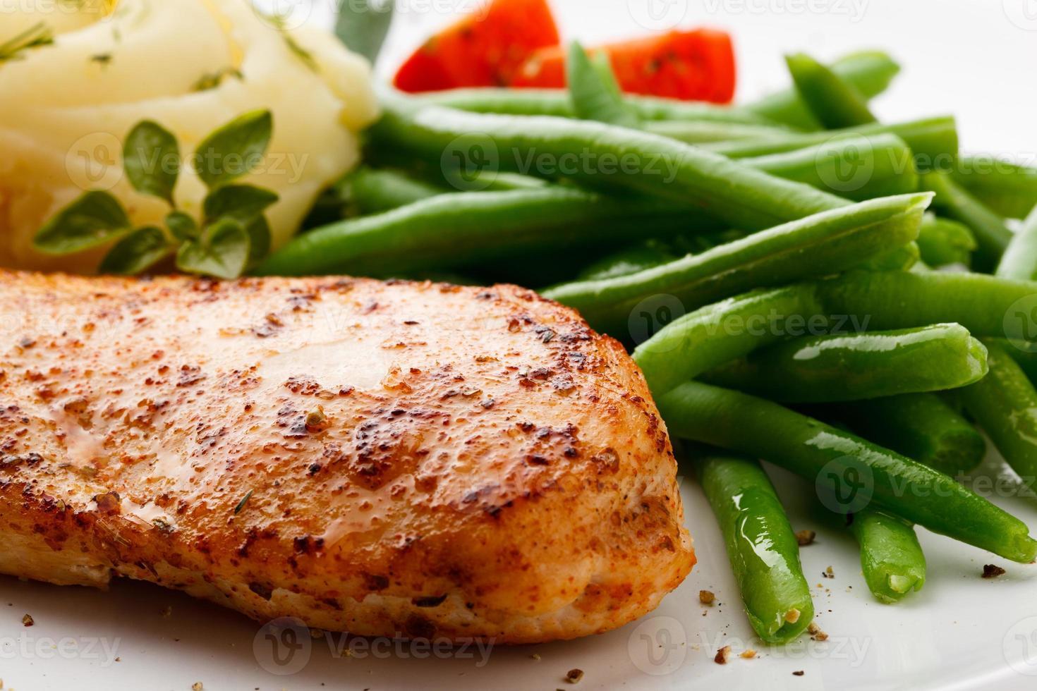 filet de poulet grillé et légumes photo